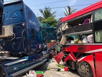 xe khach doi dau container nhieu nguoi thuong vong