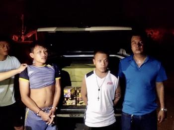 bat giu 2 doi tuong van chuyen trai phep gan 180kg phao