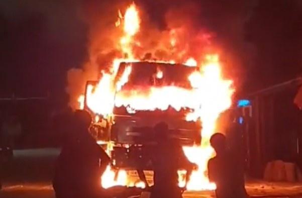 Va chạm với xe máy, xe tải bốc cháy dữ dội trong đêm