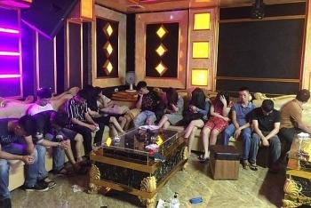 bat qua tang 13 doi tuong dang bay lac tai quan karaoke
