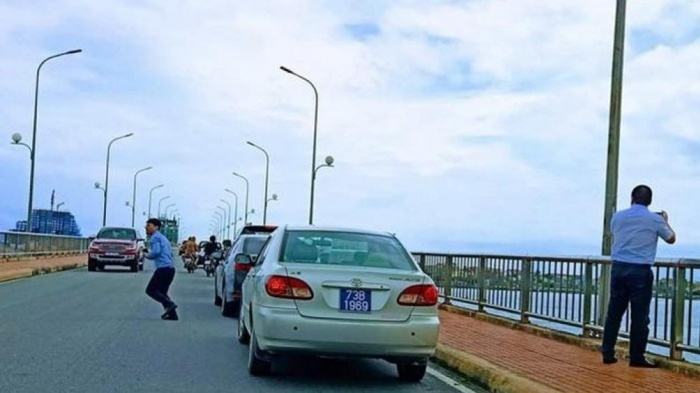 Phạt nguội 4 tài xế xe công dừng đỗ trái quy định trên cầu Nhật Lệ 1