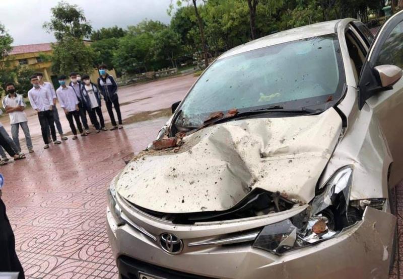 Hà Tĩnh: Mưa lớn làm mái trường học đổ sập đè bẹp dúm ô tô