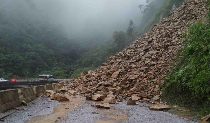 Hà Tĩnh: Sạt lở đất lấp ngang đường, Quốc lộ 8A bị ách tắc