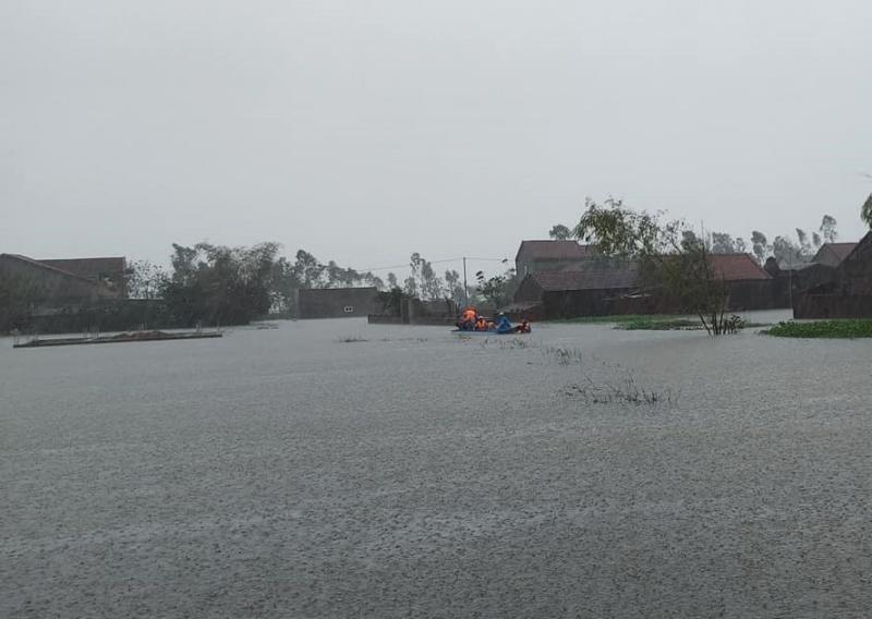 Liều mình qua dòng nước lũ, chiếc xe buýt gần bị cuốn trôi