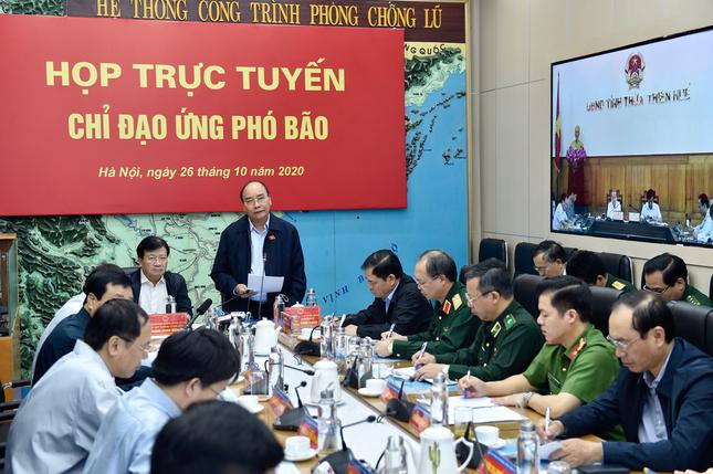 Thủ tướng Nguyễn Xuân Phúc chủ trì cuộc họp trực tuyến chỉ đạo ứng phó bão số 9
