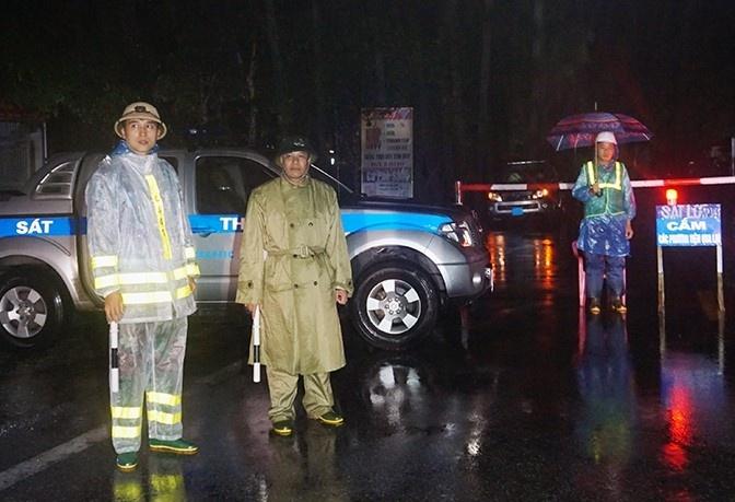 Gần 2km đường Quốc lộ 1A đoạn qua Hà Tĩnh bị ngập sâu