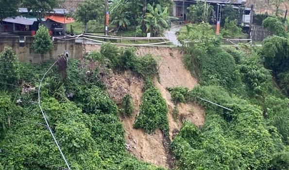 Hà Tĩnh: Mưa lớn khiến tuyến đường liên xã bị sạt lở nghiêm trọng
