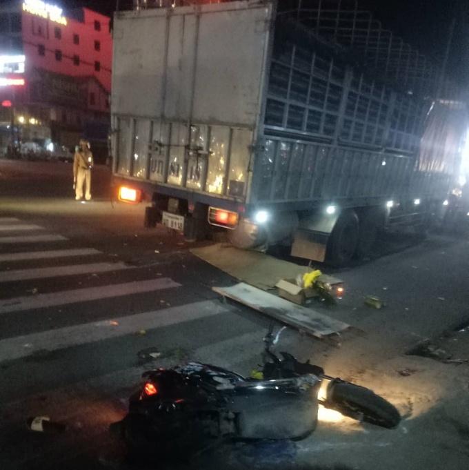 Xe tải đè nát xe máy, 2 người thương vong
