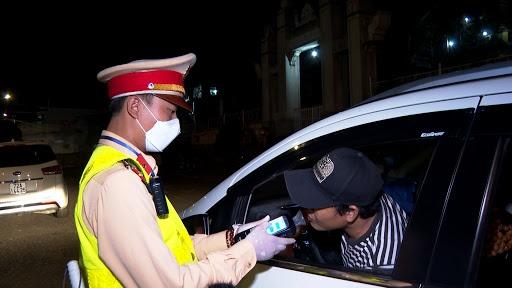Uống rượu, vượt đèn đỏ, một tài xế bị tước bằng lái gần 2 năm
