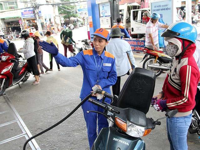 Từ 15h chiều nay (6/12), giá xăng dầu đồng loạt giảm mạnh, xăng RON95 giảm 1.513 đồng⁄lít