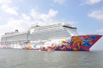 tau du lich genting dream dua 3394 du khach quoc te den ha long