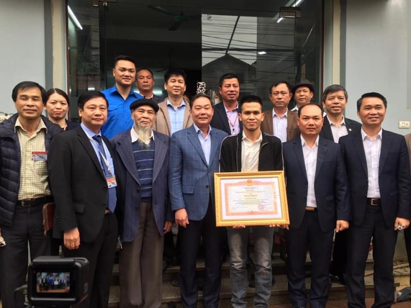 Trao Bằng khen của Thủ tướng Chính phủ cho anh Nguyễn Ngọc Mạnh