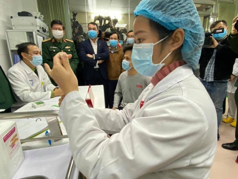 Các bác sĩ, nhân viên y tế tâm lý thoải mái khi tiêm vắc xin Covid-19