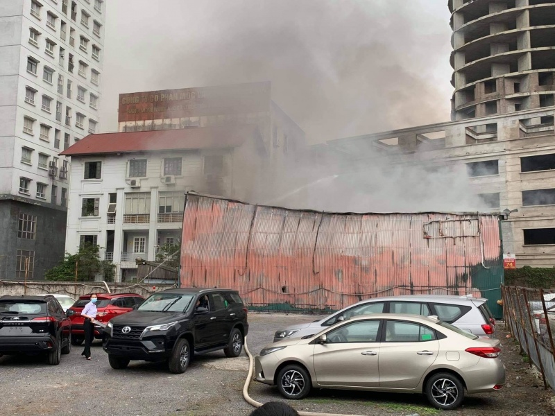 Hà Nội: Cháy xưởng in trên phố Định Công nằm giữa bãi giữ xe ô tô