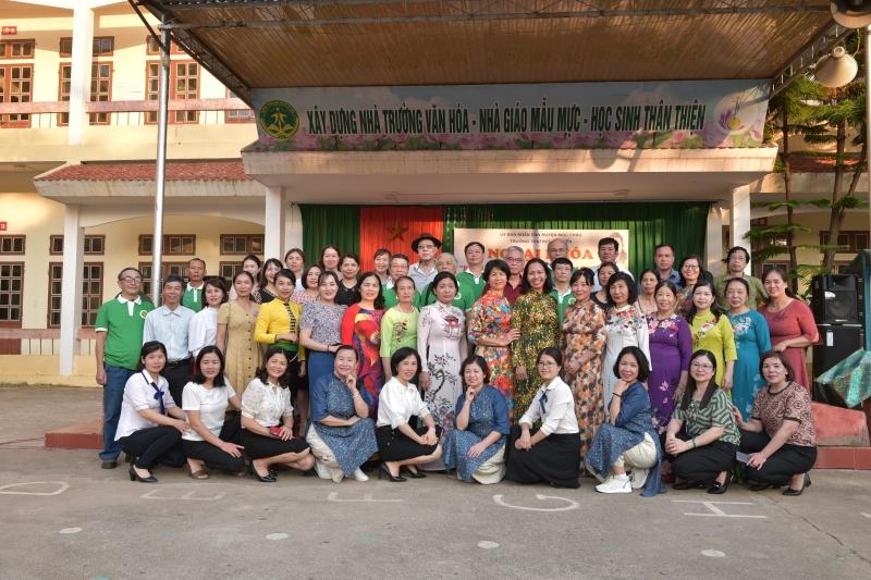 Ban liên lạc Truyền thống Tây Tiến dâng hương tri ân các anh hùng, liệt sĩ và giao lưu với thầy trò các trường mang tên Tây Tiến ở Hòa Bình, Sơn la