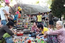 Chợ quê Thủy Thanh với những chiếc nón bài thơ và bánh Huế
