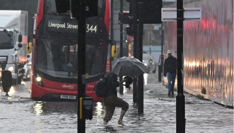 Mưa lũ bất thường biến nhiều con đường ở London thành sông