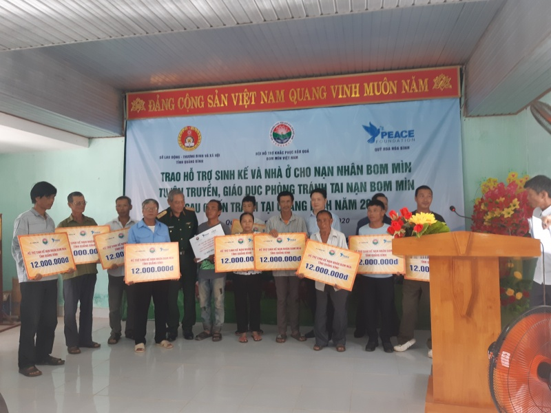 Trao hỗ trợ sinh kế cho nạn nhân bom mìn và tặng quà cho bà mẹ Việt Nam anh hùng tại tỉnh Quảng Bình