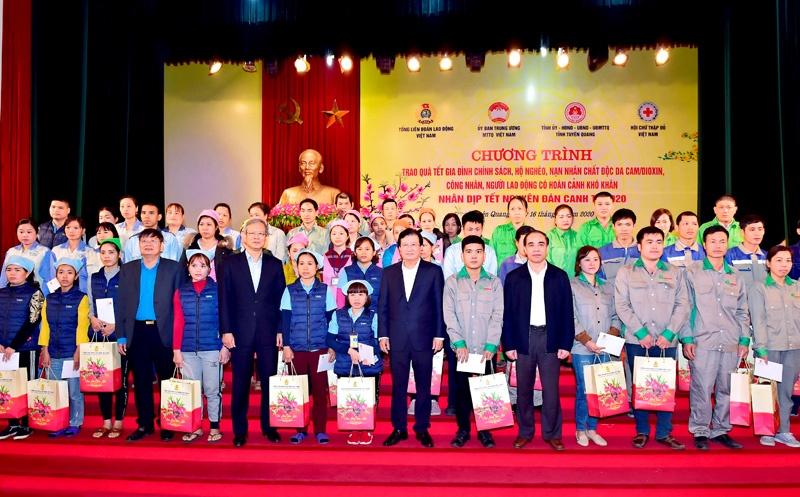Phó Thủ tướng Chính phủ Trịnh Đình Dũng thăm, trao quà Tết tại Tuyên Quang