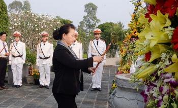 Chủ tịch Quốc hội Nguyễn Thị Kim Ngân dâng hương viếng Nghĩa trang Liệt sĩ tỉnh Bến Tre