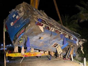 Xe chở khách bị lật trong đêm 25/1, nhiều người may mắn thoát nạn