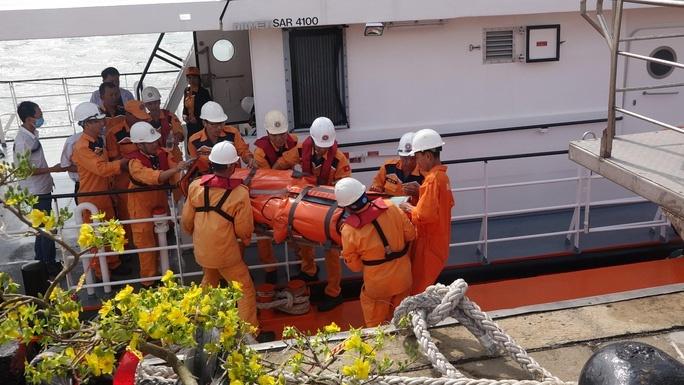 Cấp cứu khẩn cấp thuyền viên nước ngoài bị đột quỵ trên biển