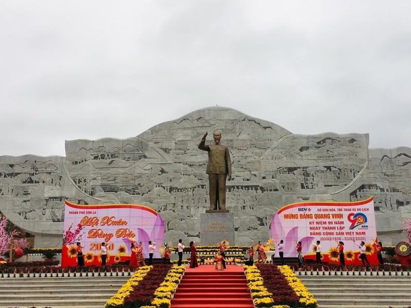 Vui 'Hội Xuân dâng Bác'
