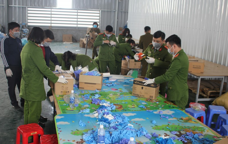 Niêm phong xưởng tái chế và thu giữ gần 4 tấn găng tay đã qua sử dụng