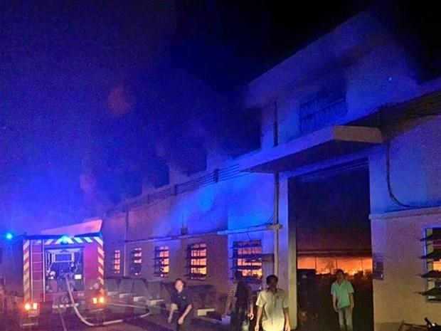 Gần 200 lính cứu hỏa chữa cháy xưởng may giày