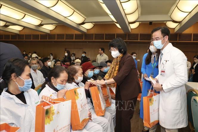 Phó Chủ tịch nước Đặng Thị Ngọc Thịnh thăm, tặng quà bệnh nhân ung thư tại Bệnh viện Bạch Mai