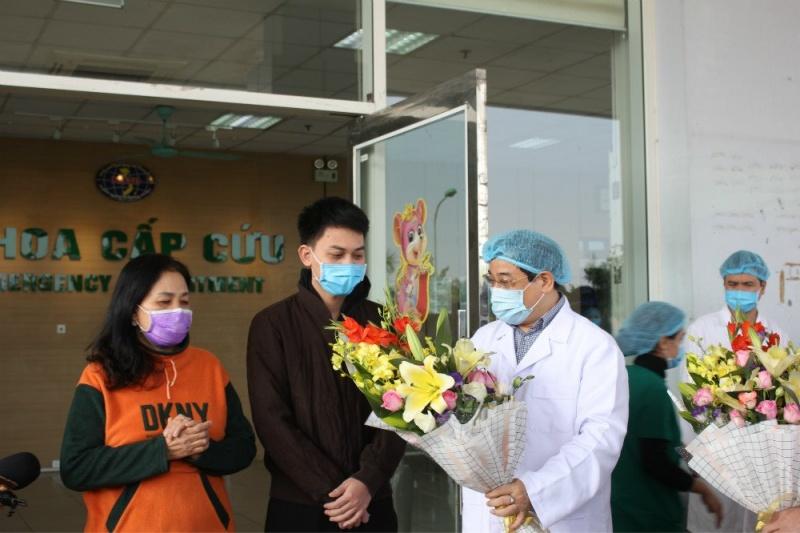 Bệnh viện Bệnh Nhiệt đới Trung ương (cơ sở Đông Anh) tổ chức ra viện cho hai bệnh nhân mắc COVID-19
