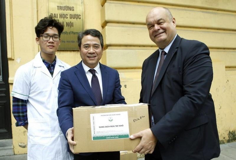 Trường Đại học Dược Hà Nội tặng dung dịch rửa tay khô cho các bệnh viện và tổ chức quốc tế