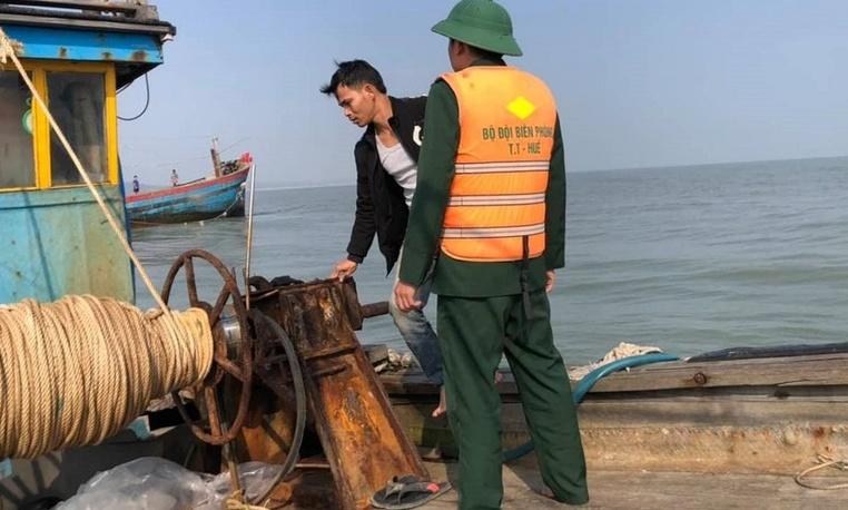 Đưa 11 ngư dân cùng tàu cá bị mắc cạn ngoài cửa biển Thuận An vào bờ an toàn