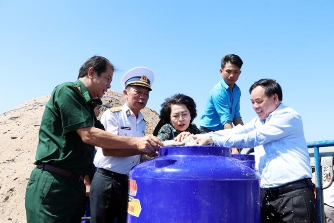 Tặng bồn chứa nước, nước ngọt cho người dân vùng hạn, mặn