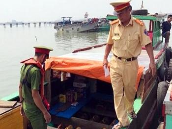 Tạm giữ tàu chở 2.600 lít dầu không rõ nguồn gốc trên sông Đồng Nai