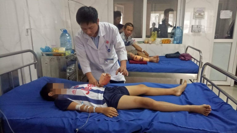Bé trai bị dập nát bàn tay vì sử dụng điện thoại khi đang sạc pin