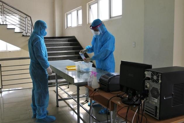 Hải Dương lấy mẫu xét nghiệm SARS-CoV-2 cho hàng trăm lái xe vận tải hàng hóa