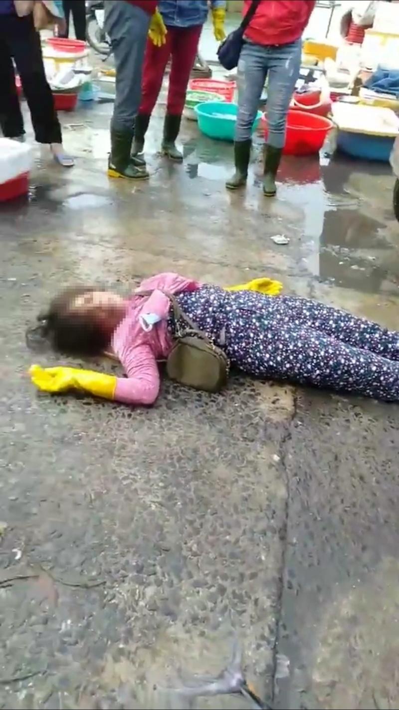 mot phu nu duoc dua vao benh vien sau xo xat voi bao ve cho dong ha
