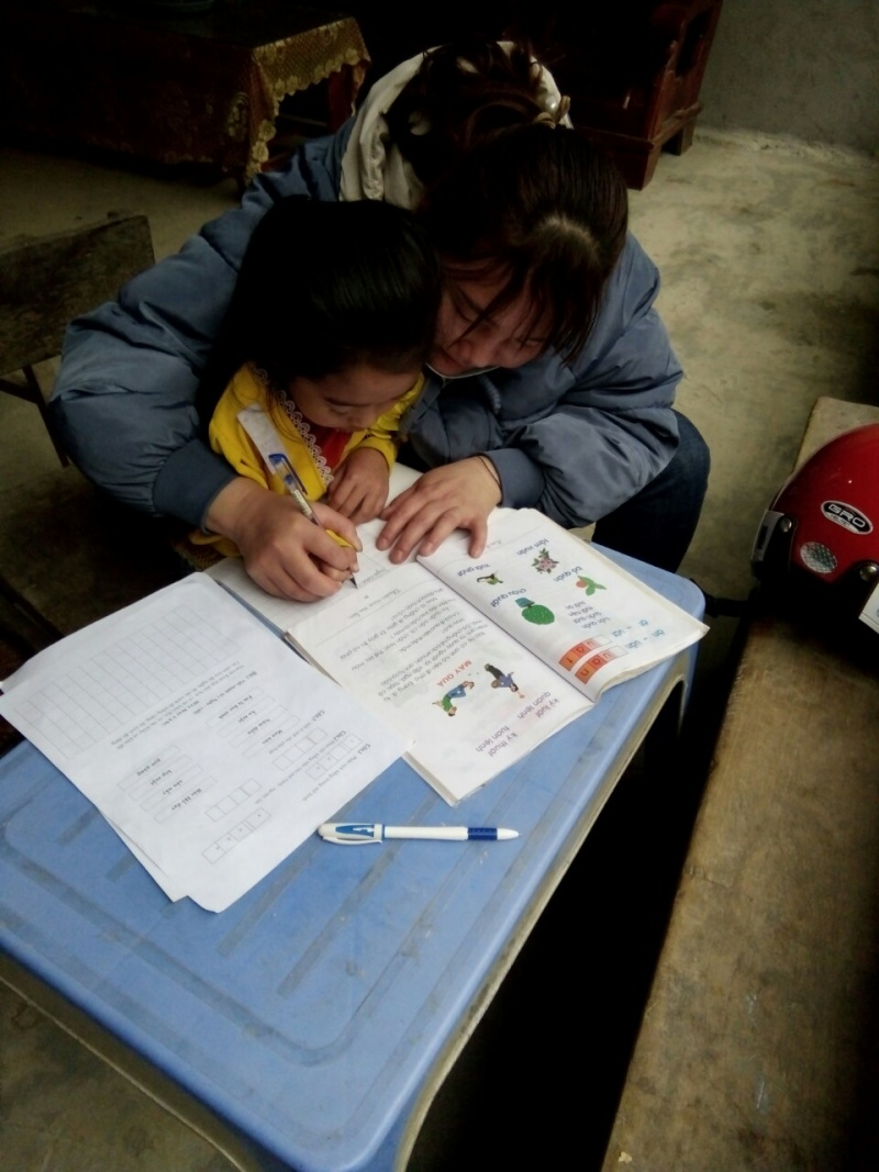 Giáo viên miền Tây xứ Nghệ vượt rừng chống tái mù chữ cho học sinh
