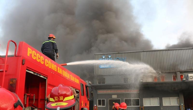 Kịp thời dập tắt đám cháy lớn tại kho hàng tiêu dùng