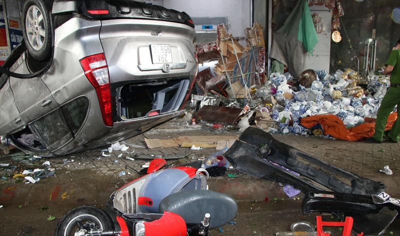 Hà Nam: Xe ô tô đâm vào ki-ốt bán hàng và làm 4 người bị thương