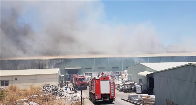 Bình Dương: Nỗ lực khống chế vụ cháy tại công ty sản xuất đồ gốm
