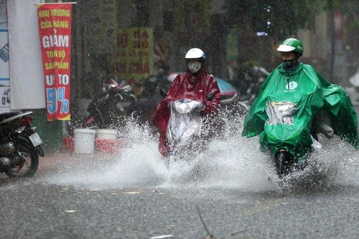 Nhiều khu vực trong cả nước có dông, đề phòng lốc, sét, mưa đá và gió giật mạnh