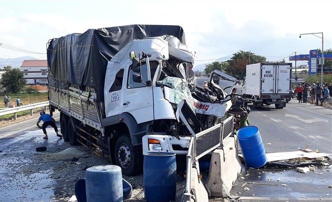 Ninh Thuận: Va chạm giữa hai xe tải làm một người chết, hai người bị thương