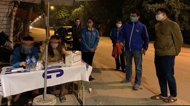 Đoàn viên, thanh niên tham gia trực chốt nơi cửa ngõ Thủ đô