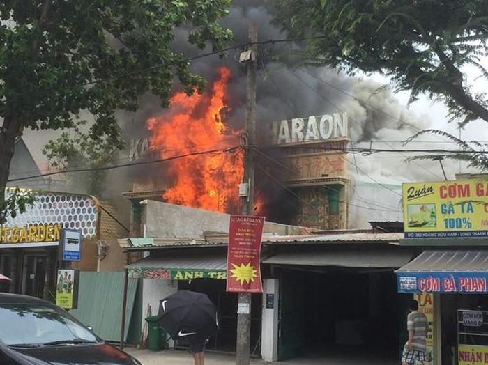 Cháy lớn tại quán karaoke đang sửa chữa, cải tạo