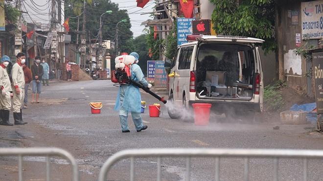 Triển khai cách ly y tế triệt để tại thôn Hạ Lôi, huyện Mê Linh, Hà Nội