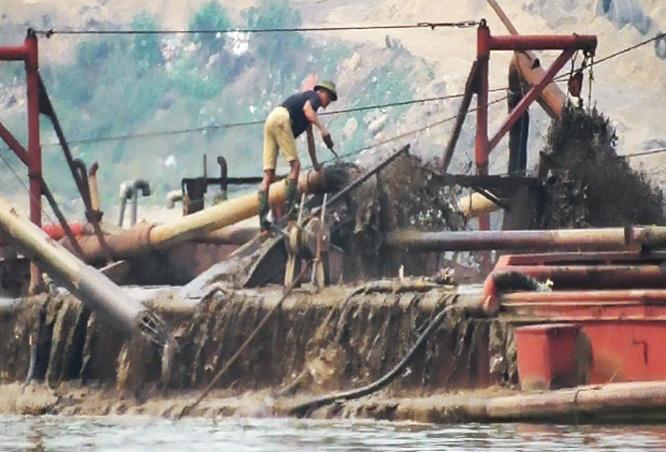 Hà Nội: Phát hiện hai tàu khai thác cát trái phép trên sông Hồng