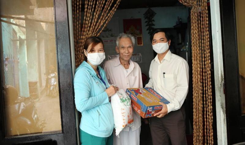 Đà Nẵng hỗ trợ hộ nghèo, người lao động khó khăn do ảnh hưởng dịch COVID-19