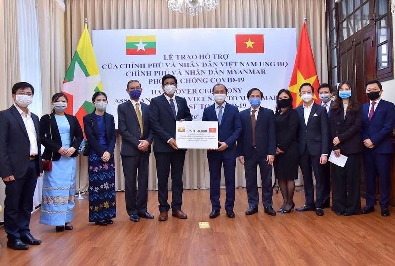 ASEAN 2020: Trao tượng trưng quà của Việt Nam tặng Myanmar phòng, chống dịch COVID-19
